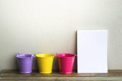 Блокнот с ведром на деревянной предпосылке доски используя обои для образования, фото дела Примите примечание продукта для книги  Стоковые Изображения RF
