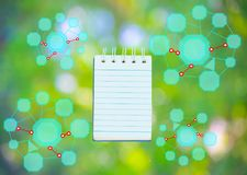 Блокнот с диаграммой на предпосылке дерева расплывчатой используя обои или для образования, фото дела Примите примечание продукта Стоковая Фотография