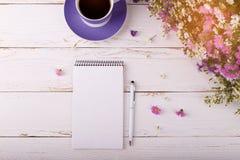 Блокнот с кофе и цветками ручки Стоковые Фото