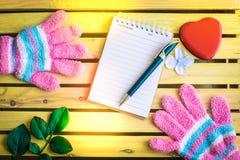 Блокнот с перчаткой на деревянной предпосылке доски используя обои для образования, фото дела Примите примечание продукта для кни стоковое фото rf
