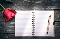 Блокнот с пустыми страницами и цветком красной розы Исповедь влюбленности Стоковое Фото