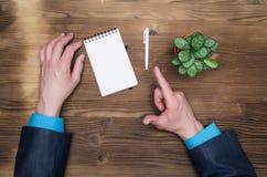 Блокнот с пустым экраном в руках бизнесмена Концепция идей дела Стоковая Фотография