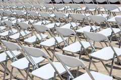 Блок белых стулов стоковые изображения rf