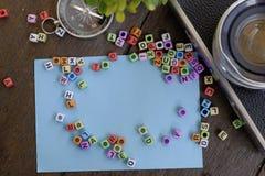 Блок слова, камера, компас и зеленое растение на деревянной текстуре предпосылки Стоковые Изображения RF
