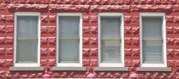 блок строя 4 красных окна Стоковая Фотография
