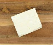 Блок сыра фета на деревянной доске сыра Стоковое фото RF
