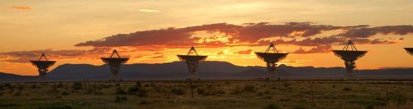 блок dishes большой спутниковый заход солнца очень стоковые изображения rf