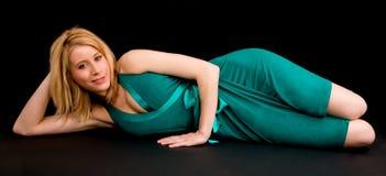 блондинка вниз лежа довольно ослабляя усмехаться Стоковая Фотография RF