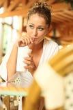 блондинка выпивает детенышей кружки вне стоковое изображение rf