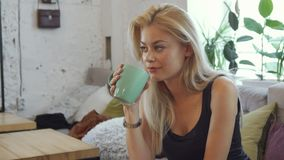 Блондинка выпивает кофе стоковые изображения