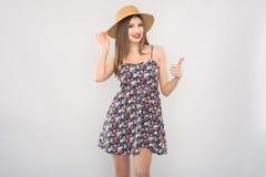 Блондинка в соломенной шляпе и платье стоковые изображения