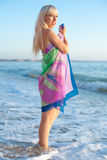 Блондинка в pareo на море стоковое изображение rf