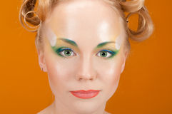 Блондинка девушки портрета с цветками в ее волосах Стоковые Фотографии RF