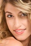 блондинка делает естественный портрет вверх нося стоковая фотография rf