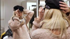 Блондинка женщины измеряет headgear сток-видео
