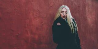 Блондинка и красный цвет Стоковое Изображение RF