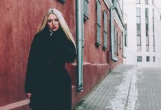Блондинка и красный цвет Стоковые Изображения RF