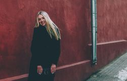 Блондинка и красный цвет Стоковая Фотография