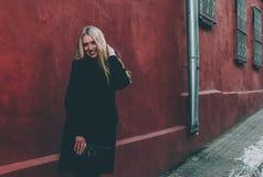 Блондинка и красный цвет Стоковое Изображение
