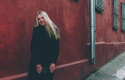 Блондинка и красный цвет Стоковое фото RF