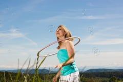 блондинка клокочет женщина мыла hula обруча стоковое изображение rf