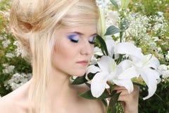 блондинка красотки делает портрет вверх по детенышам женщины Стоковые Изображения RF