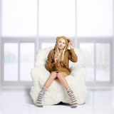 Блондинка на меховом кресле Стоковая Фотография