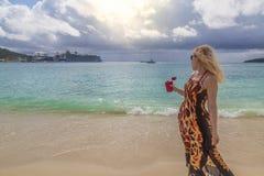Блондинка на пляже большего залива в Philipsburg, St Maarten стоковая фотография