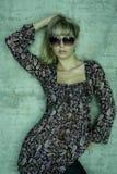 блондинка представляя солнечные очки молодые стоковое изображение rf