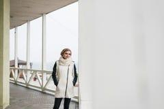 Блондинка стоит на террасе и fascinated ее пристальным взглядом стоковое фото