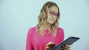 Блондинка стоящ и смотрящ таблетка видеоматериал