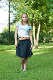 блондинка outdoors представляя Стоковое Изображение RF