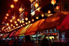 Блошиный рынок и китайские фонарики вечером на кривой Малайзии стоковые фото