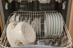Блюда в корзине судомойки, готовой для очищать, выбранный фокус, очень узкая глубина поля судомойка открытая стоковое фото rf