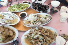 Блюда на таблице Стоковое Изображение
