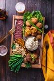 Блюда Meze на темной предпосылке Мясо, falafel, ghanoush Бабы, овощи Еда Halal Космос для текста Взгляд сверху стоковое фото rf