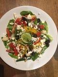 Блюдо взгляд сверху вегетарианское греческий салат классицистическо стоковые фотографии rf