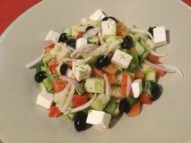 Блюдо взгляд сверху вегетарианское греческий салат классицистическо стоковые изображения