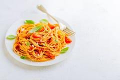 Блюдо макаронных изделий с томатным соусом на белой плите Стоковая Фотография RF