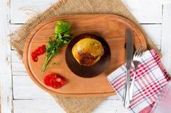 Блюдо от испеченных картошек Chili и зеленые цвета Стоковые Фотографии RF