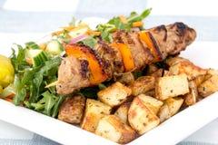 Блюдо протыкальника kebab свинины с картошками Стоковое Изображение RF