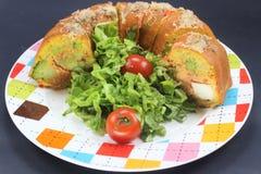 Блюдо рецепта Gugelhupf немецкое, интересный хлеб мозоли еды и еды потехи, заполненные с сыром фета, брокколи стоковое изображение rf
