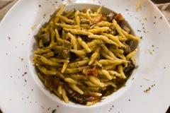 Блюдо ручной работы fusilli с тунцом, томатами Pachino и равенствами стоковая фотография rf