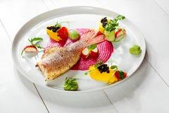 Блюдо рыб - зажаренные филе и овощи рыб Стоковые Фотографии RF