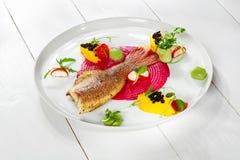 Блюдо рыб - зажаренные филе и овощи рыб Стоковые Изображения