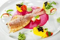 Блюдо рыб - зажаренные филе и овощи рыб Стоковое Изображение