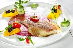 Блюдо рыб - зажаренные филе и овощи рыб Стоковая Фотография