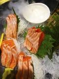 Блюдо сасими японское крошечных частей острословия сырых рыб съеденного стоковое фото rf