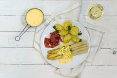 Блюдо спаржи с картошками, ветчиной, соусом и белым вином от abo Стоковая Фотография