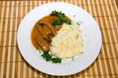 Блюдо с картофельными пюре и травами на таблице Стоковое Изображение RF